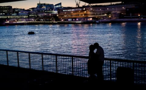 couple kissing happy valentines day london night photography