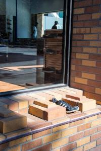 Black-shoe-brick-buliding-downtown-sacramento-urban reflections allan DSC5301