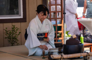 Woman in white tea ceremony wakamatsu allan-4638